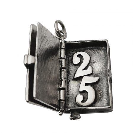 Ciondolo a forma di diario in argento anniversario